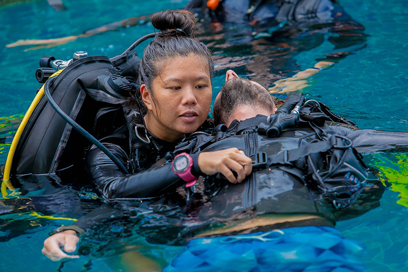 Working Diving Instructor Rescue Exercise