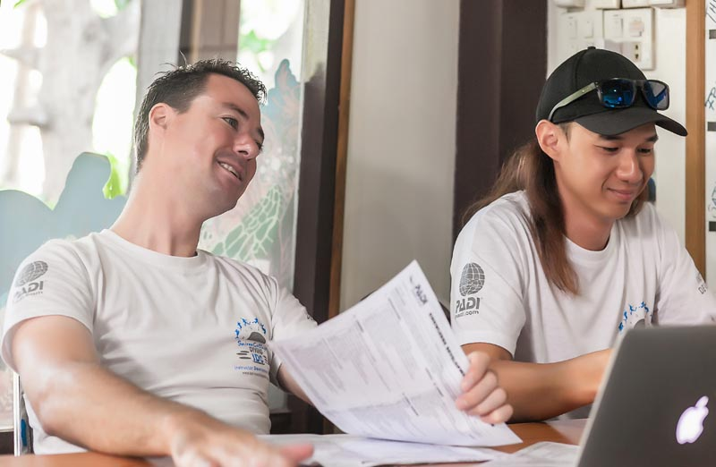 Evaluating Knowledge Classroom Academics PADI Presentations Staff Instructor Thailand